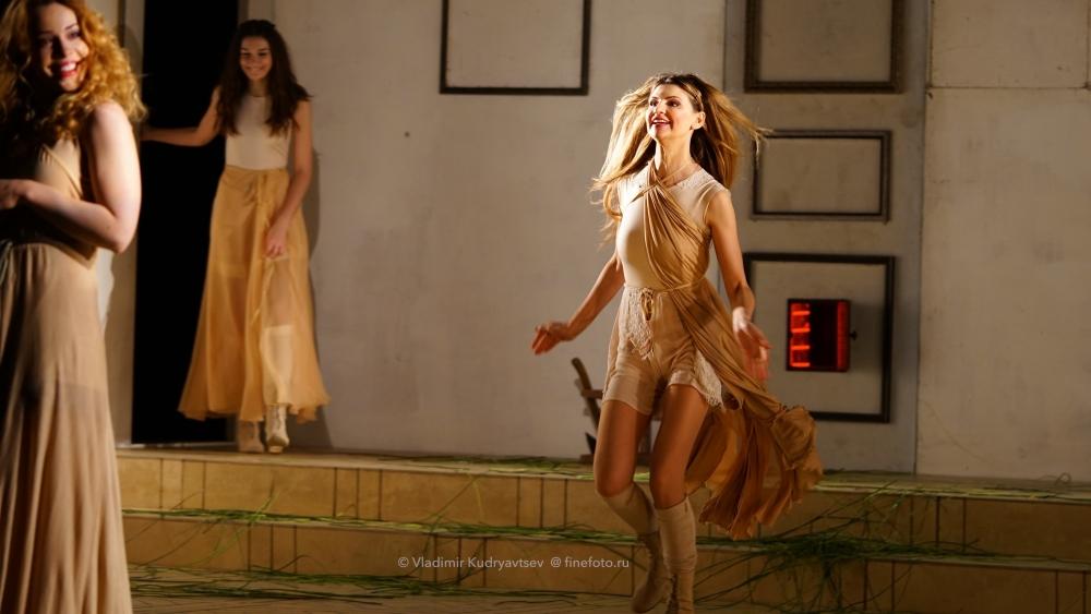 Балерина в длинном платье задирает ногу и показывает трусы — photo 7