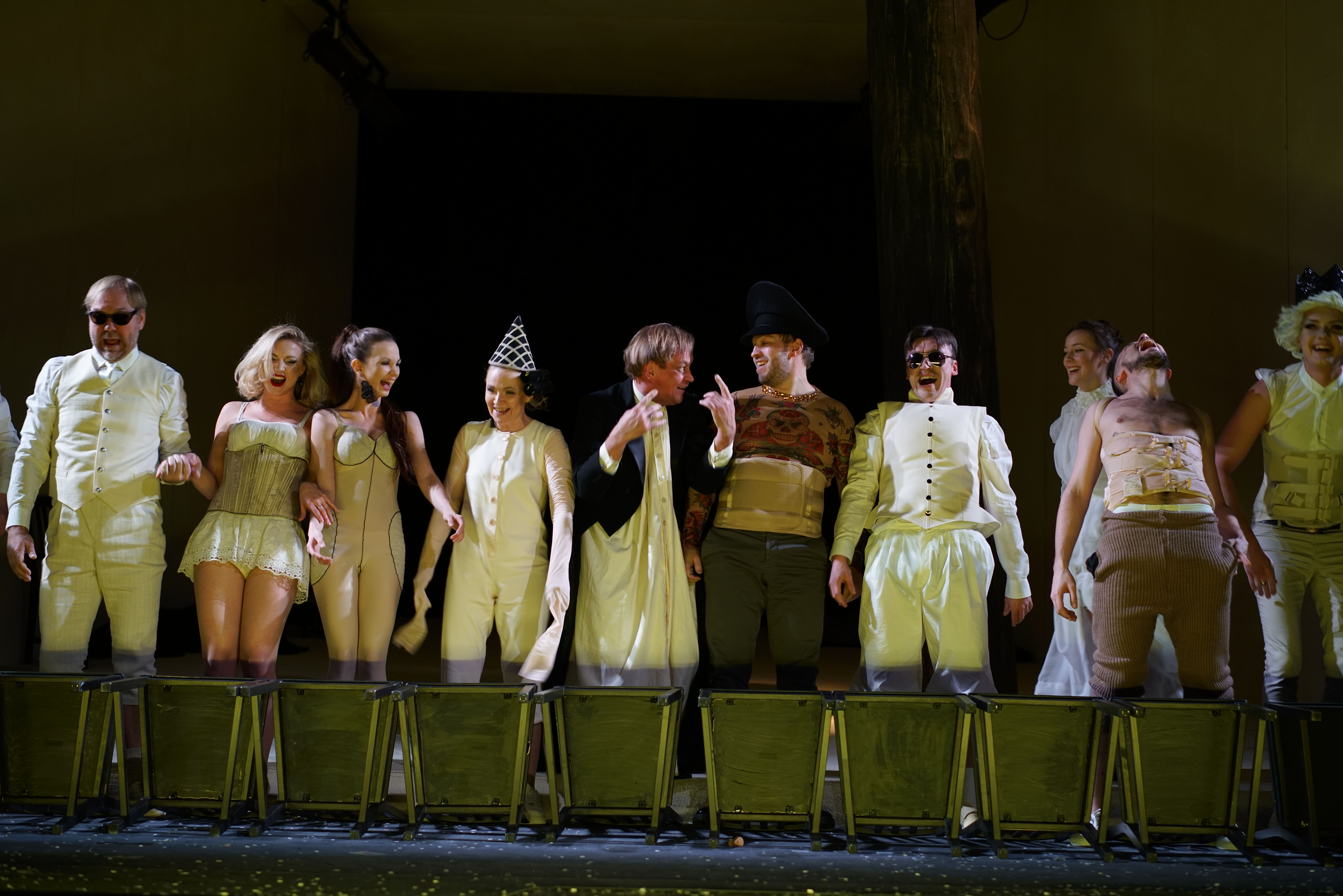 Театр с голыми актрисами, полная версия спектакля с голыми артистами на сцене 13 фотография
